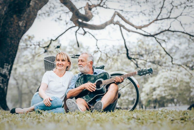 Ältere Paare in der Liebe lizenzfreies stockfoto
