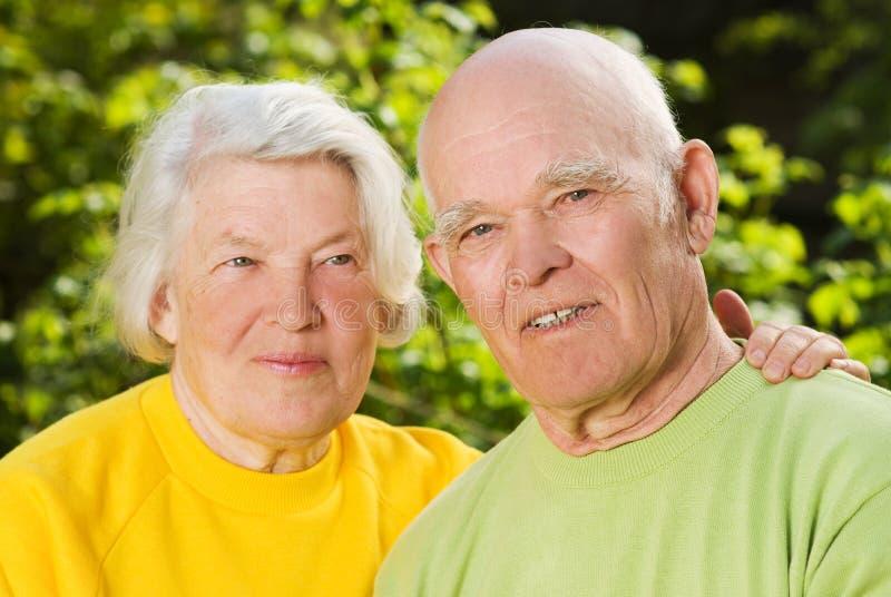 Ältere Paare in der Liebe draußen stockbild