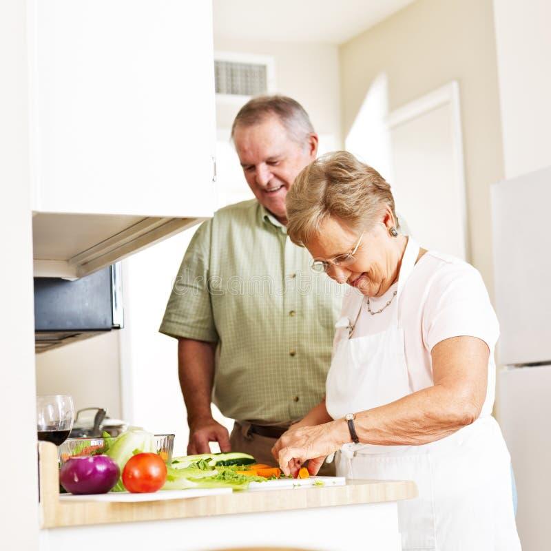 Ältere Paare, die Abendessen machen lizenzfreies stockbild