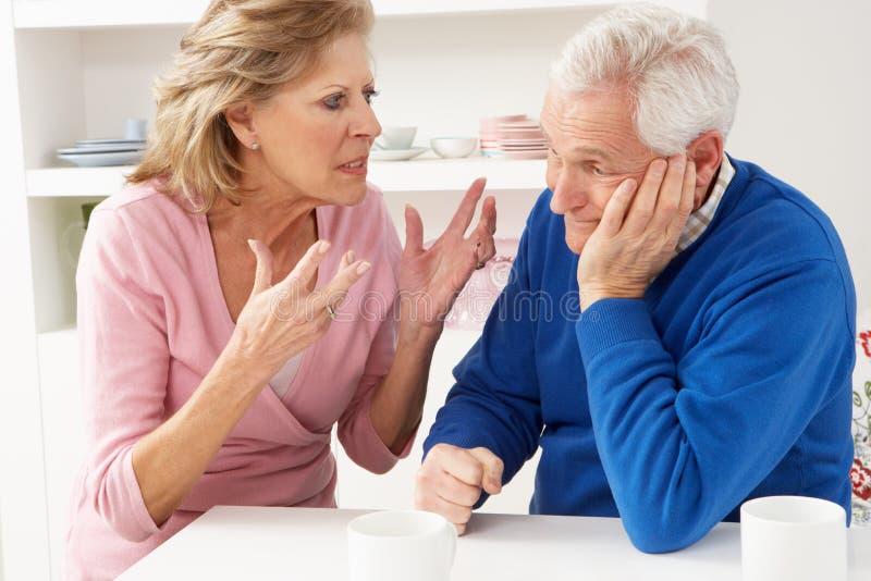 Ältere Paare, die Argument haben lizenzfreie stockfotografie