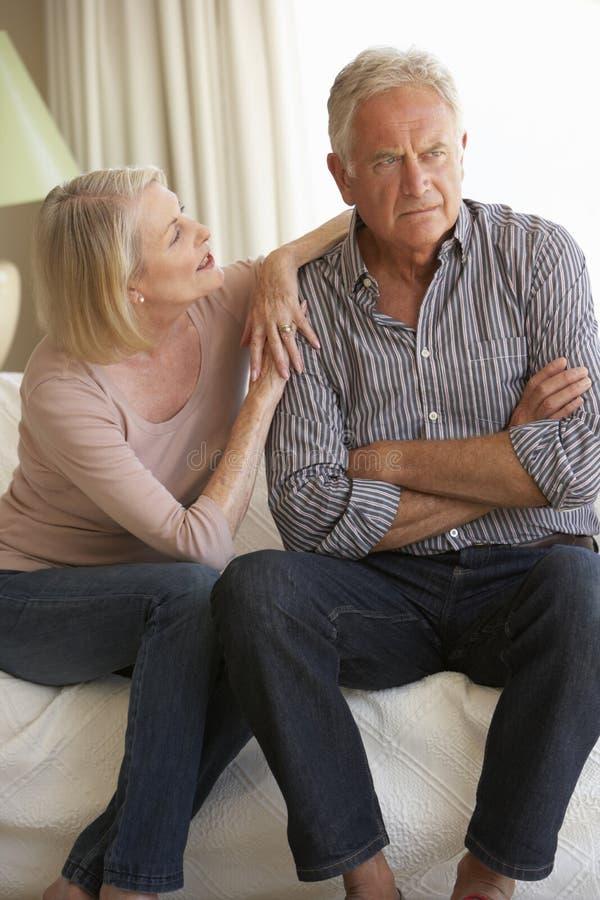 Ältere Paare, die Argument zu Hause haben lizenzfreie stockfotos