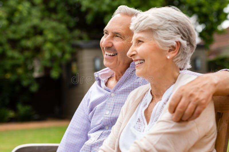 Ältere Paare, die auf Bank sitzen stockfoto