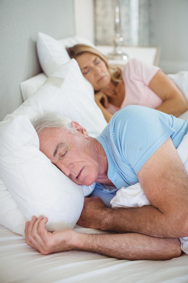 Ältere Paare, die auf Bett schlafen lizenzfreie stockbilder