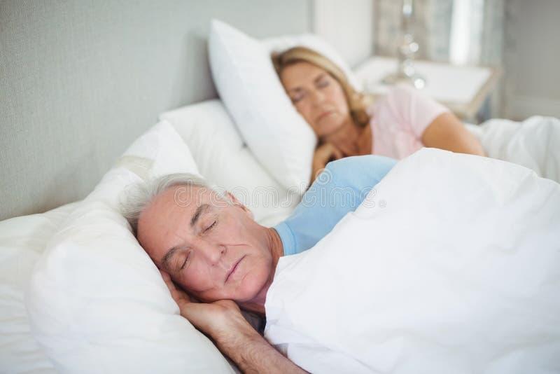 Ältere Paare, die auf Bett schlafen stockfotos