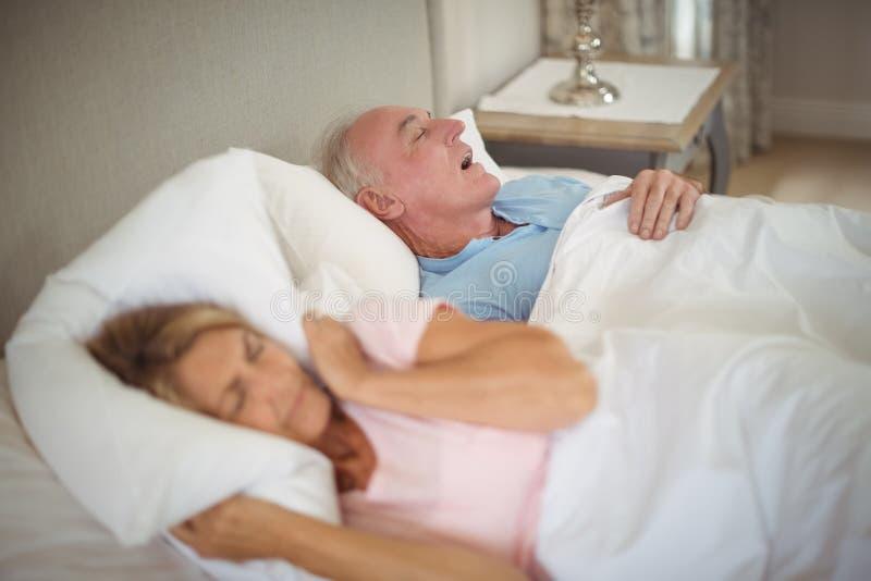 Ältere Paare, die auf Bett schlafen lizenzfreies stockfoto
