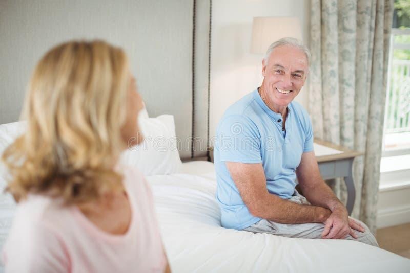 Ältere Paare, die auf einander im Schlafzimmer einwirken lizenzfreie stockfotos