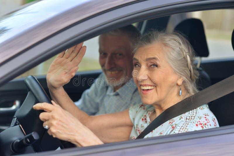 Ältere Paare, die Auto fahren lizenzfreie stockfotos