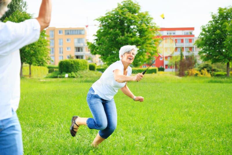 Ältere Paare, die Badminton spielen lizenzfreie stockfotos