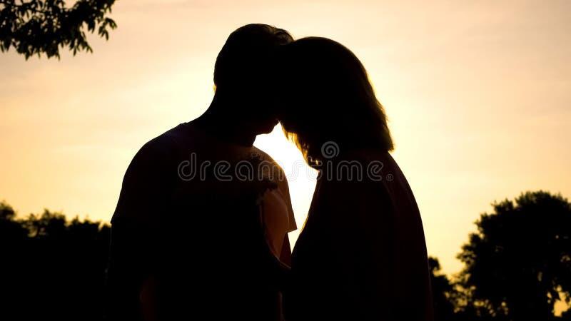 Ältere Paare, die bei Sonnenuntergang, romantischer Moment, Liebesgefühl, Glück küssen lizenzfreies stockbild