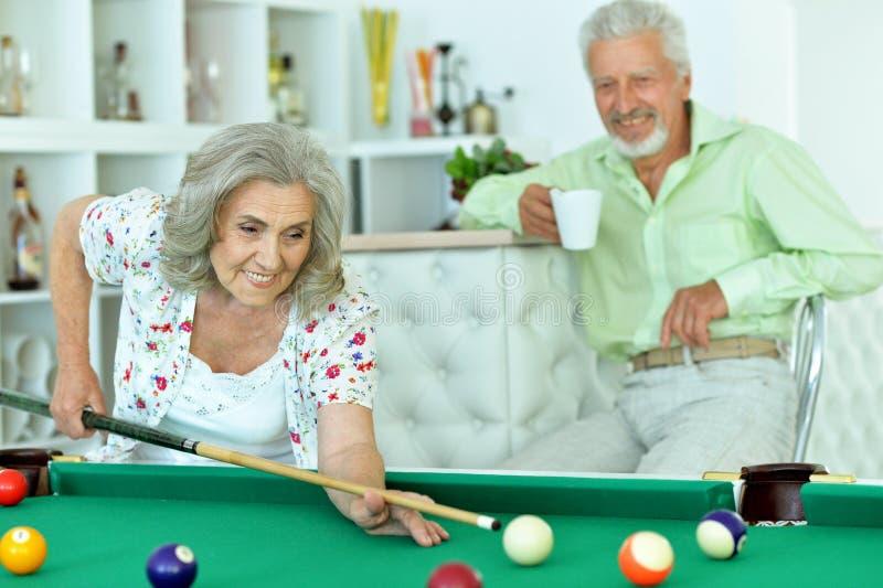 Ältere Paare, die Billard spielen lizenzfreies stockbild