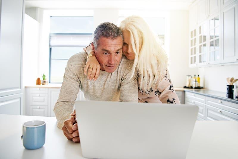 Ältere Paare, die das Internet grasen stockbilder