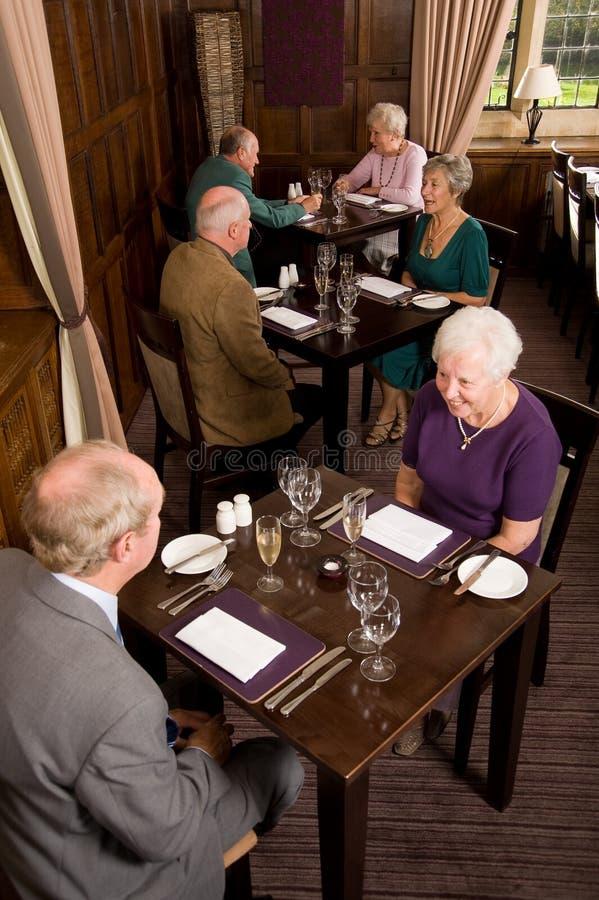 Ältere Paare, die in der Gaststätte speisen stockbilder