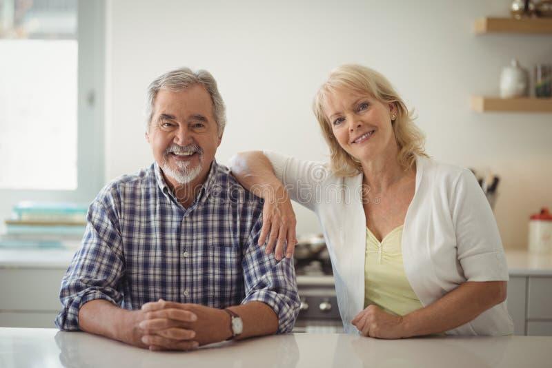 Ältere Paare, die in der Küche sitzen stockfotografie