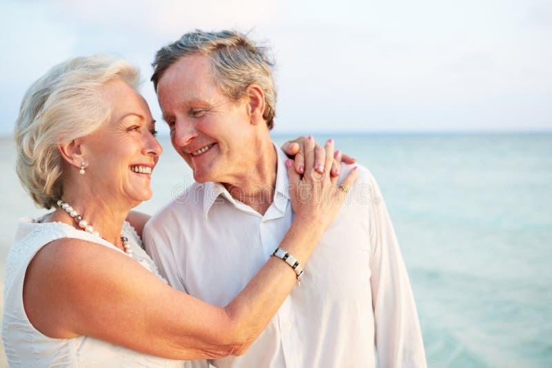 Ältere Paare, die in der Strand-Zeremonie heiraten lizenzfreie stockfotografie