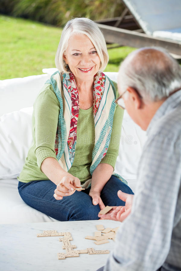 Ältere Paare, die Dominos spielen stockfoto