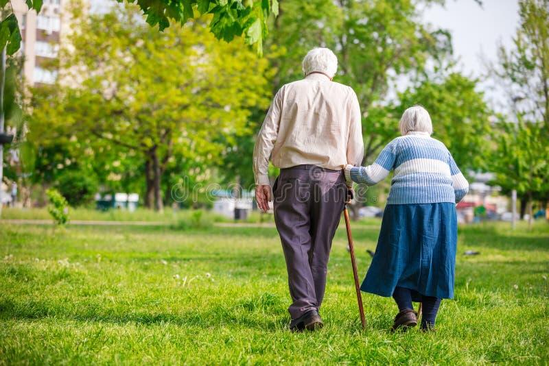 Ältere Paare, die draußen gehen stockfotos