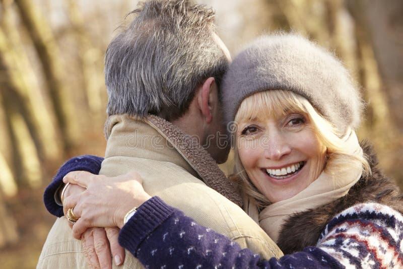Ältere Paare, die draußen im Winter umarmen stockbild