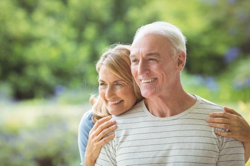 Ältere Paare, die draußen umfassen stockfotos