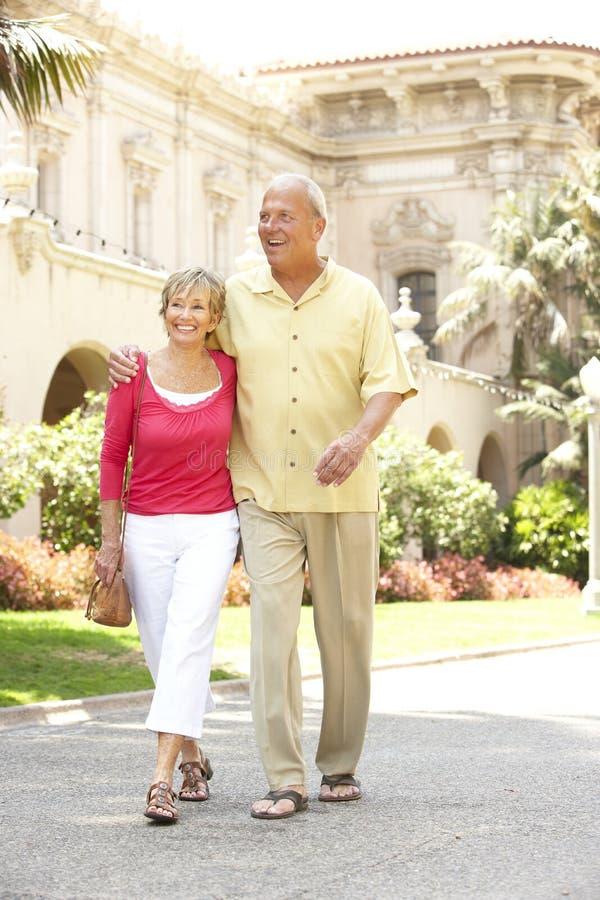 Ältere Paare, die durch Stadt-Straße gehen lizenzfreies stockbild