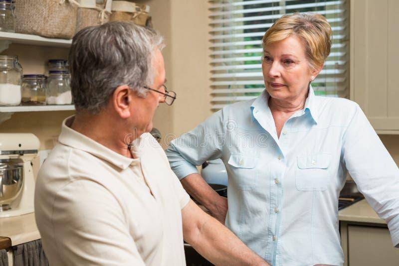 Ältere Paare, die ein Argument haben stockfotos