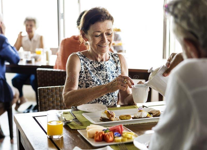 Ältere Paare, die in einem Hotel frühstücken lizenzfreie stockfotografie