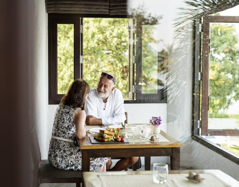 Ältere Paare, die in einem Restaurant speisen stockfotos