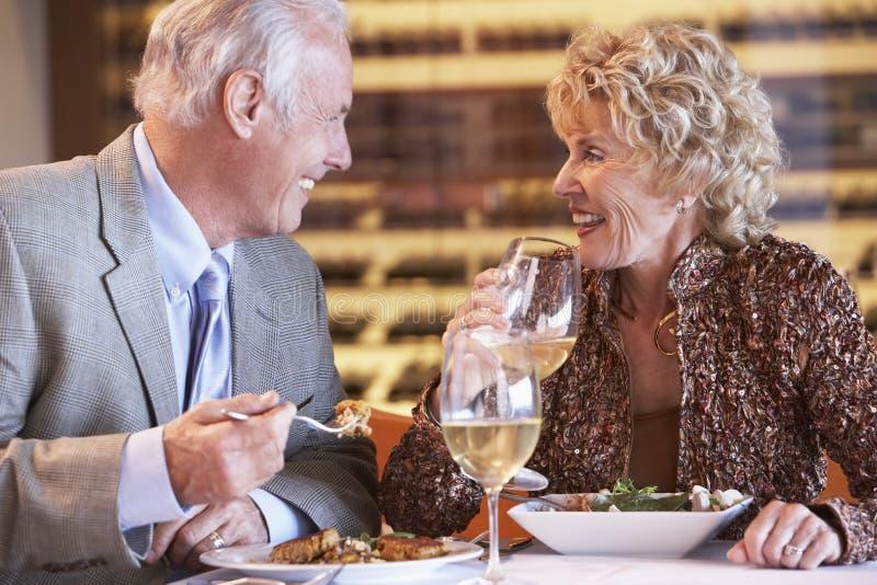 Ältere Paare, die an einer Gaststätte zu Abend essen stockbilder