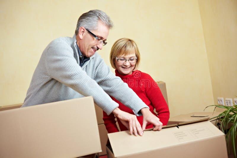 Ältere Paare, die für das Bewegen sich vorbereiten lizenzfreie stockbilder