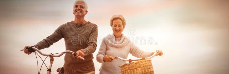 Ältere Paare, die Fahrt mit ihrem Fahrrad haben lizenzfreies stockfoto