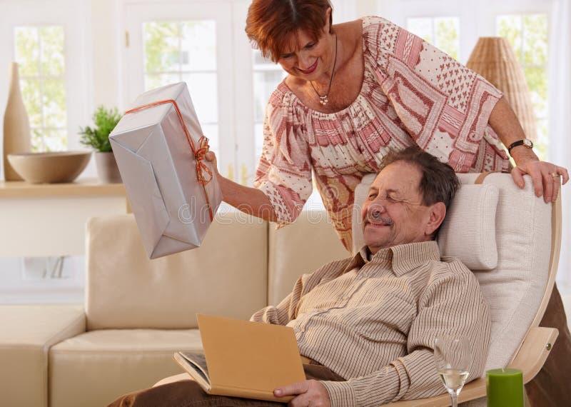Ältere Paare, die Geburtstag feiern stockfoto