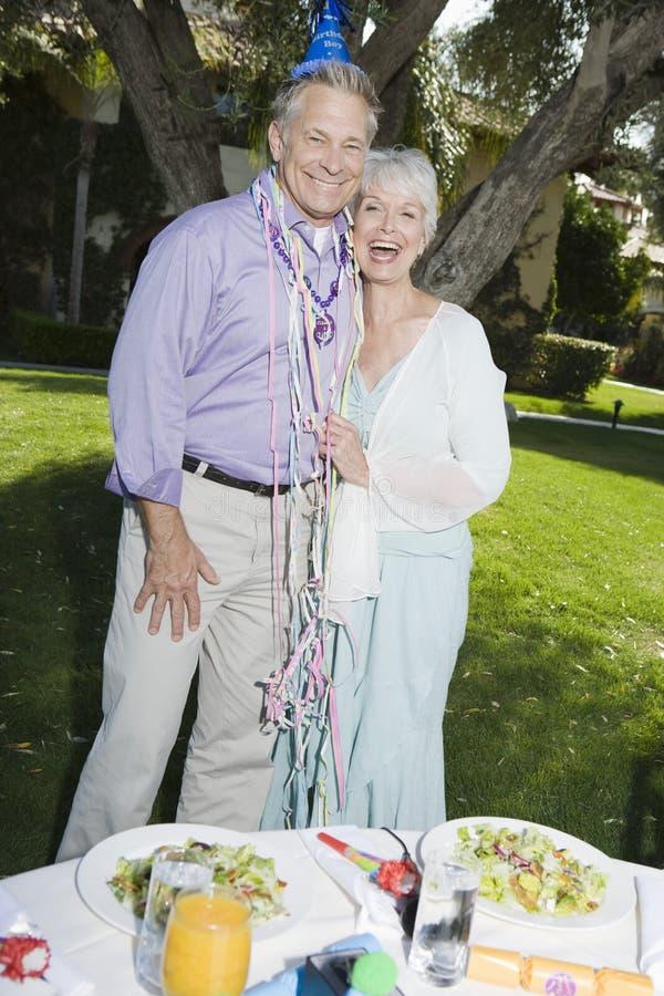 Ältere Paare, die Geburtstag feiern stockbilder