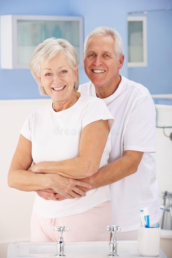 Ältere Paare, die im Badezimmer umarmen stockfoto