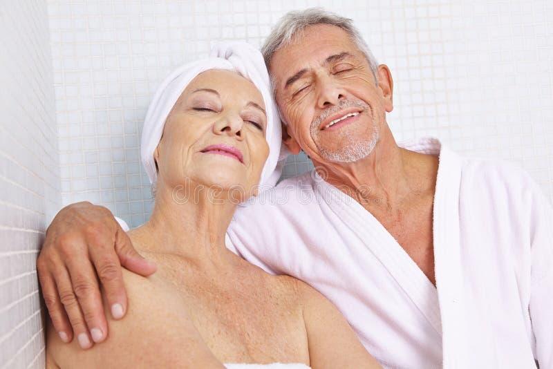 Ältere Paare, die im Entspannung sitzen lizenzfreie stockbilder