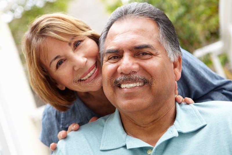 Ältere Paare, die im Garten sich entspannen lizenzfreies stockbild