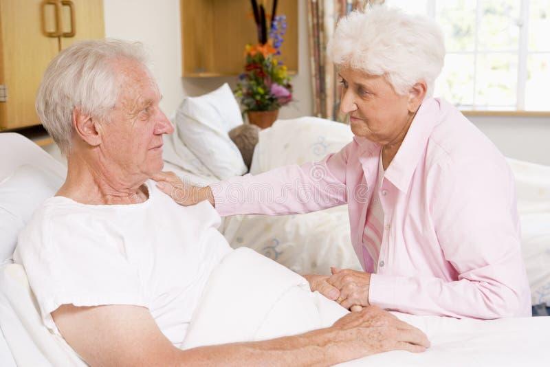 Ältere Paare, die im Krankenhaus sitzen stockbilder