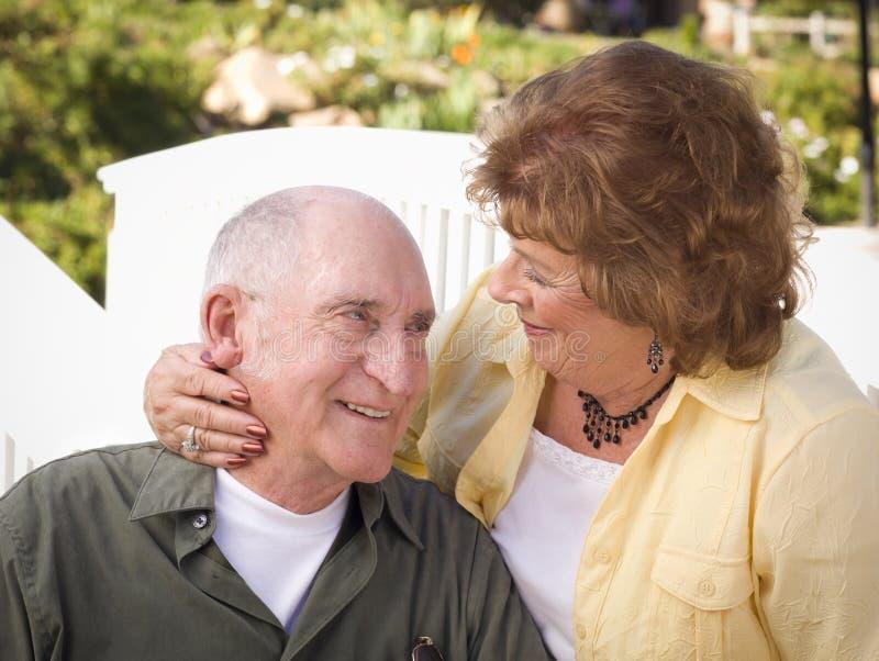 Ältere Paare, die im Park küssen stockbild