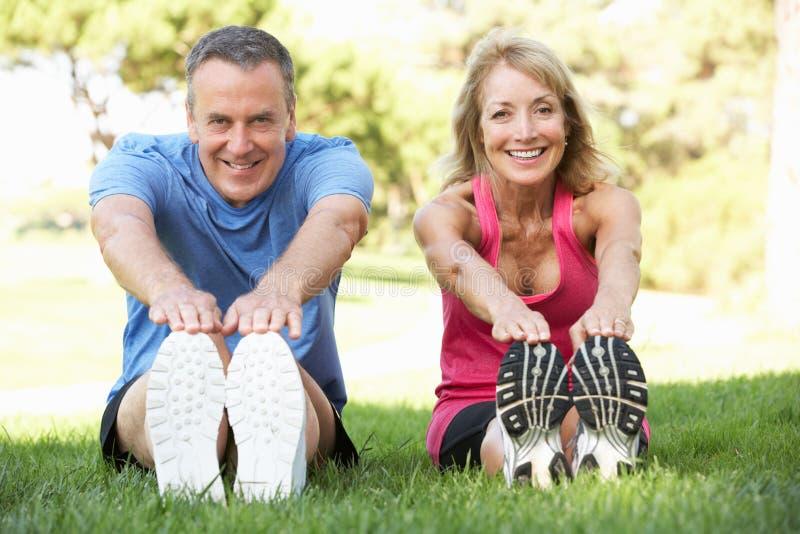 Ältere Paare, die im Park trainieren stockfotos