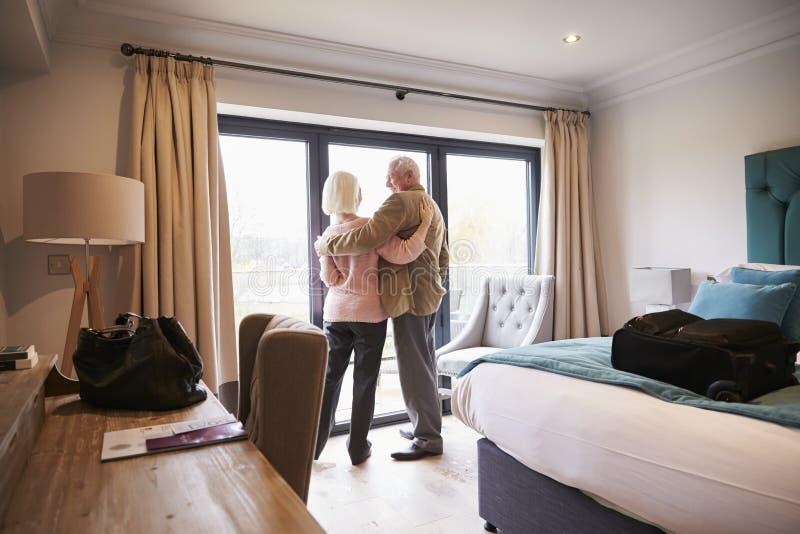 Ältere Paare, die im Urlaub im Hotelzimmer ankommen stockbild