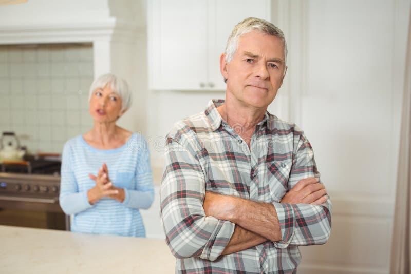 Ältere Paare, die mit einander streiten stockbilder