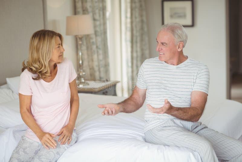 Ältere Paare, die mit einander streiten lizenzfreies stockfoto