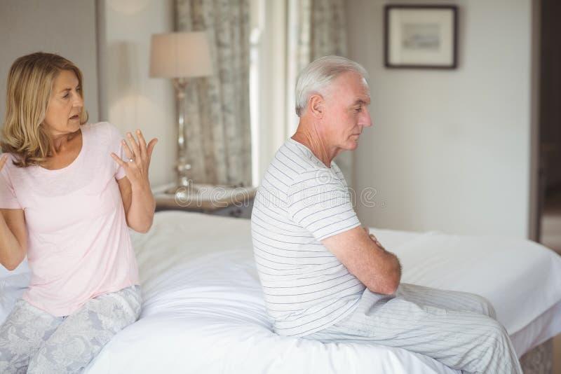 Ältere Paare, die mit einander streiten stockfoto