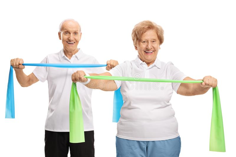 Ältere Paare, die mit Gummibändern trainieren lizenzfreies stockfoto