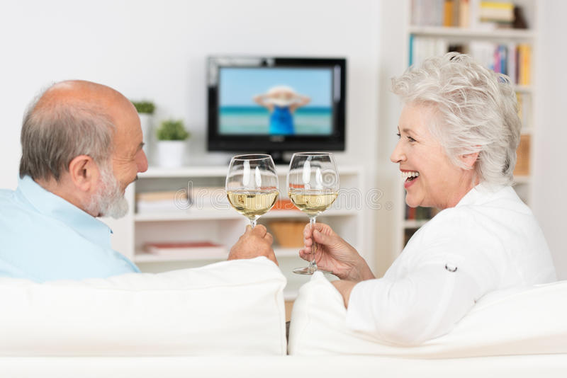 Ältere Paare, die mit Weißwein feiern lizenzfreie stockfotografie
