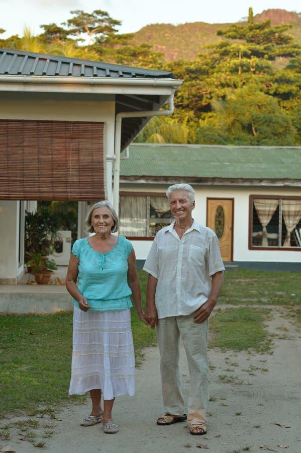 Ältere Paare, die nahe Hotel umarmen lizenzfreie stockfotografie