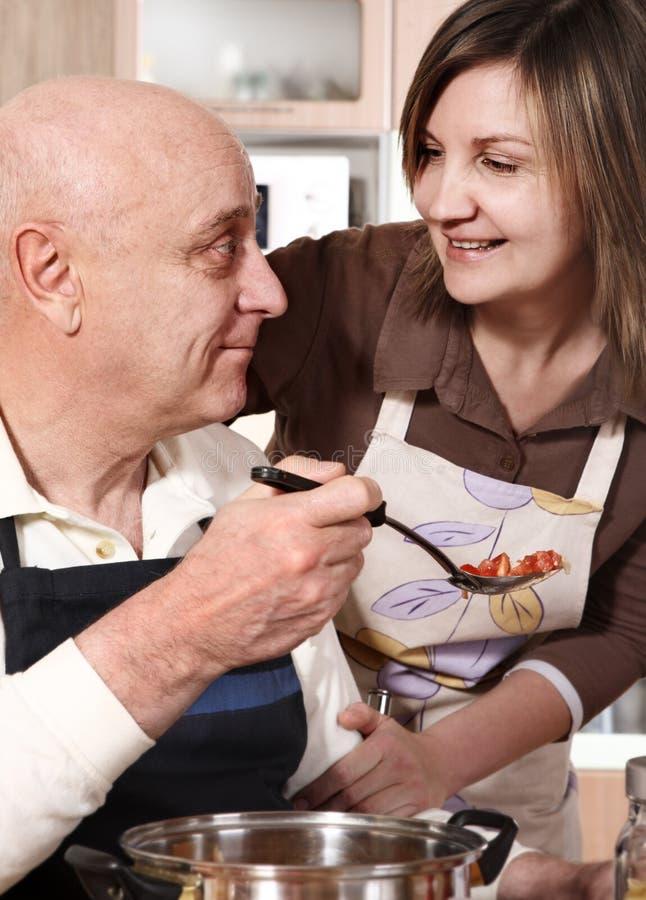Ältere Paare, die Nahrung zubereiten lizenzfreie stockfotografie