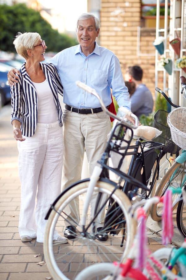 Ältere Paare, die neues Fahrrad im Fahrradgeschäft kaufen stockfotografie