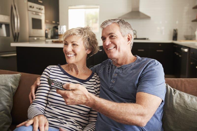 Ältere Paare, die oben im aufpassendem Fernsehen der Couch, Abschluss sitzen lizenzfreie stockbilder