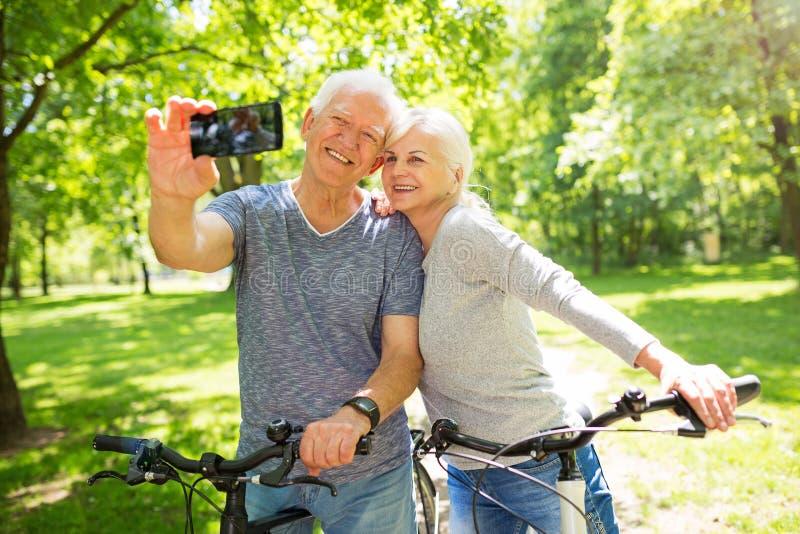 Ältere Paare, die selfie nehmen stockbilder