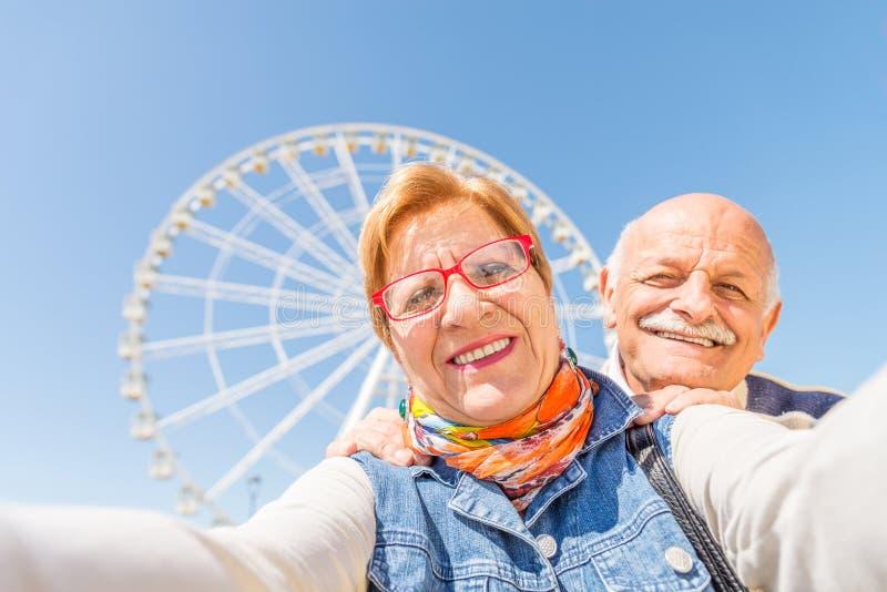 Ältere Paare, die selfie nehmen stockfoto