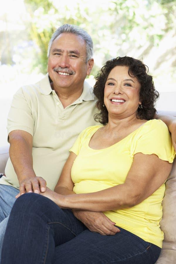 Ältere Paare, die sich zu Hause zusammen entspannen lizenzfreie stockbilder